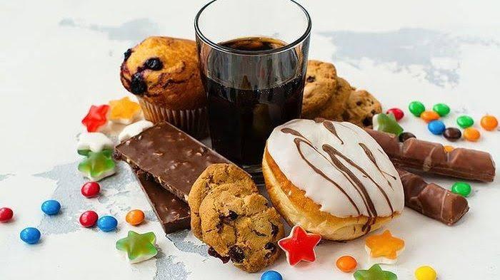 batasi makanan dan minuman untuk menghilangkan perut buncit secara alami