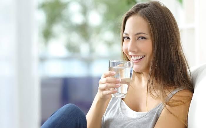 minum air putih untuk menghilangkan perut buncit secara alami