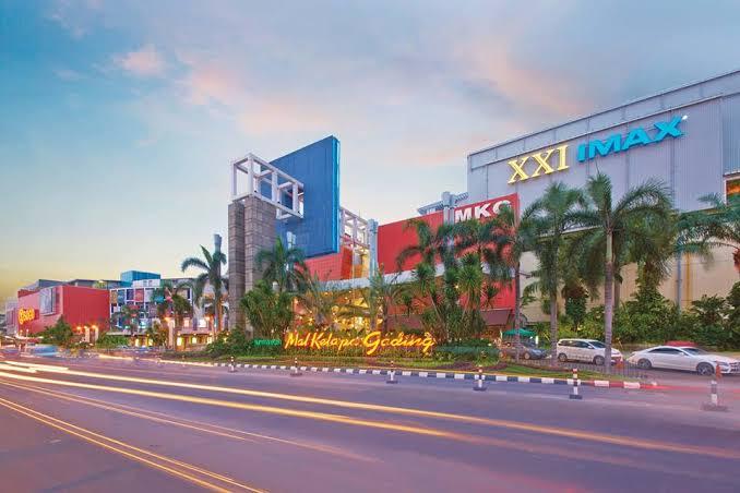 salah satu mall terbesar di jakarta yaitu summarecon kelapa gading