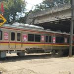 Perlintasan Tanpa Palang Kereta Commuter Line Bikin Celaka Pengendara di Tangerang Selatan